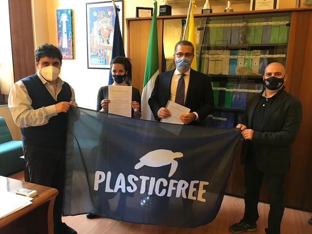 Ambiente, Comune sigla intesa con associazione Plastic Free Onlus