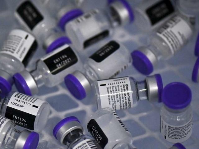 Vaccini, le iniettarono sei dosi: resto pro vax ma non mi danno il Green pass