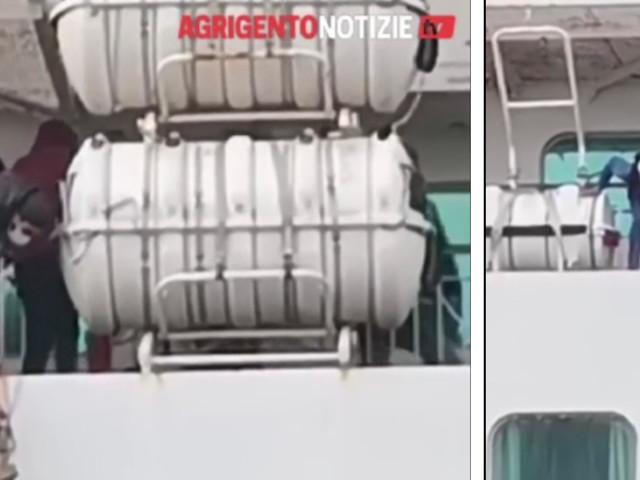 La fuga choc dalla nave: cosa fanno i migranti con le scalette