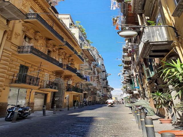 """Napoli, l'insegnante che fa """"didattica ai balconi"""" nei Quartieri Spagnoli"""