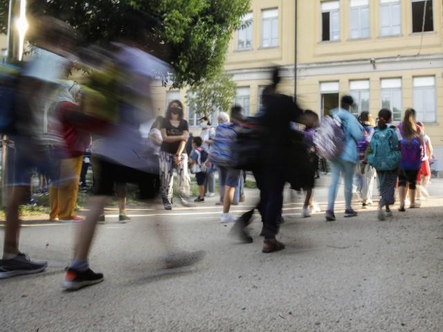 Auto sbanda davanti a una scuola di Milano: mamma fa da scudo a suo figlio di 3 anni