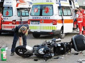 Scontro nella rotatoria ferito un motociclista