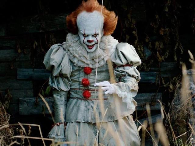 New Jersey, una bambola di Pennywise il clown arriva fluttuando in un giardino privato