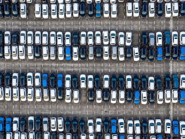 Rimbalzo delle vendite di auto ad aprile, ma pesa l'effetto lockdown