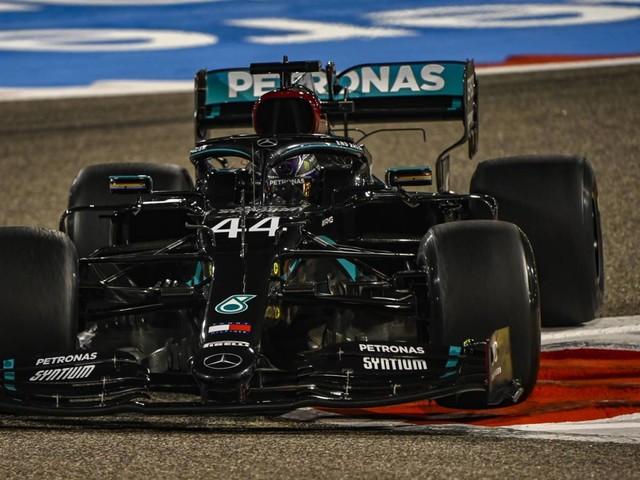 F.1, GP Bahrain - Prima fila Mercedes, la pole è di Hamilton