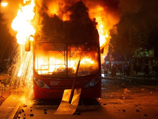 """Il Cile brucia ancora: 11 morti e 1.900 arresti. Piñera: """"È una guerra"""""""