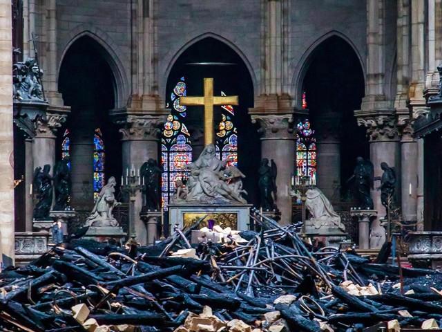 Notre Dame, spento il rogo si contano i danni: molti anni per la ricostruzione