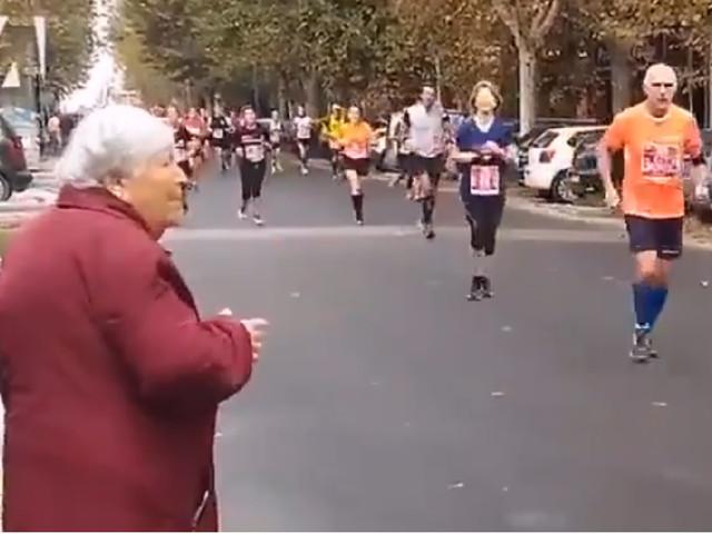 Lo sport non ha età: la 'nonnina' partecipa alla maratona…a modo suo