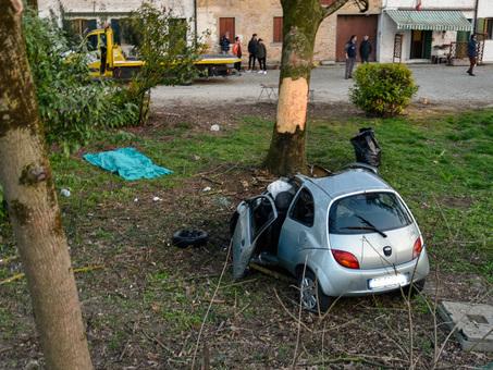 La folle scelta di schiantarsi in auto, due casi in un mese