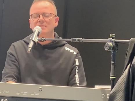 """Gigi D'Alessio presenta Noi Due, il nuovo album con 6 feat. ma senza Anna Tatangelo """"altrimenti ce la cantiamo e ce la suoniamo da soli"""" (video)"""