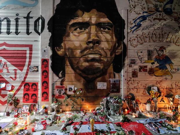 Tutto il mondo piange Maradona, Napoli in lutto Il rivoluzionario del calcio, un genio inimitabile