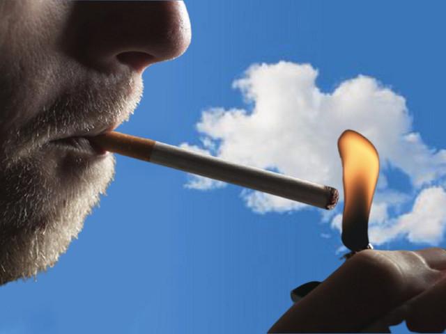 Milano, da gennaio in città scatta il divieto di fumo all'aperto Ammesso solo nei luoghi isolati