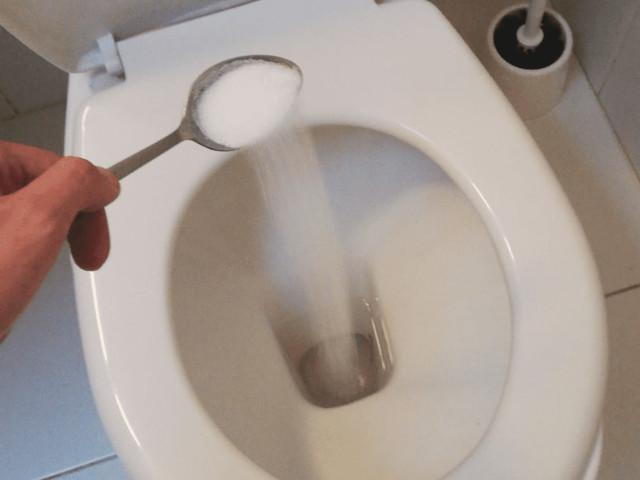 Butta 100 grammi di sale nel wc: quello che succede è impressionante