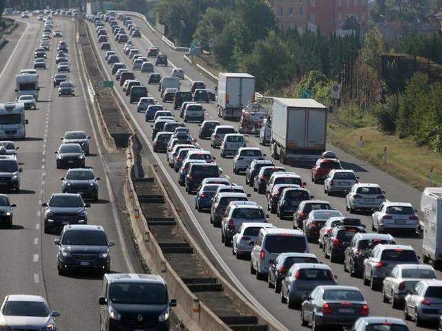 Incentivi per auto elettriche, ma nuove tasse sulle altre: «I prezzi aumenteranno di centinaia di euro»
