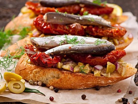 Crostini con acciughe e dadolata di verdure, la semplice ricetta naturale per farli croccanti