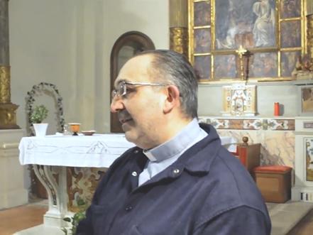 Un prete fa cantare Soldi di Mahmood in chiesa (video)
