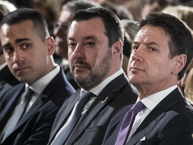 Il folle sogno dei 5 Stelle: con il Pd ma senza Renzi e Fi
