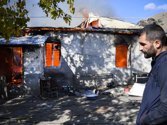 Nel Nagorno-Karabakh gli armeni bruciano le proprie case per non lasciarle agli azeri