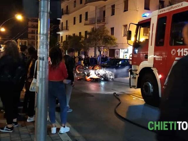 Schianto nel cuore della movida dello Scalo: automobile travolge una moto