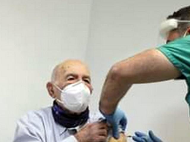 Covid, vaccinato a Roma SamiModiano,sopravvissuto ad Auschwitz