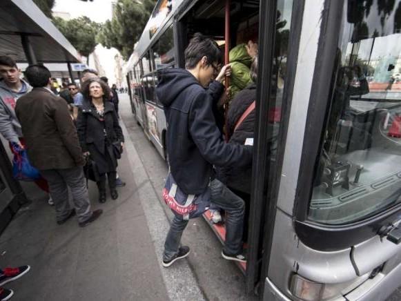 Covid a scuola: dentro (quasi) tutto bene, distanze zero ai cancelli e sui mezzi pubblici