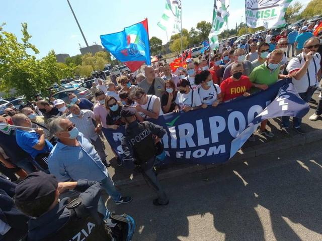 Napoli, lavoratoriWhirlpool bloccano le partenze da Capodichino