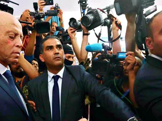 """Tunisia, il nuovo presidente è Saïed: il """"Robocop""""anti corruzione ha battuto il """"Berlusconi d'Arabia"""" (scarcerato da 4 giorni)"""