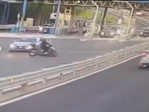 Napoli, centauro contromano sfida l'auto della polizia sfrecciando senza casco