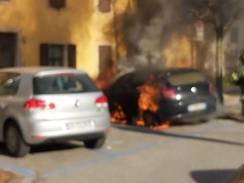 Paura in via Trieste, autovettura prende fuoco. Il Video