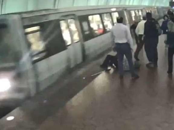Non vedente cade e finisce sui binari della metro, l'incidente shock: l'uomo è salvo per miracolo
