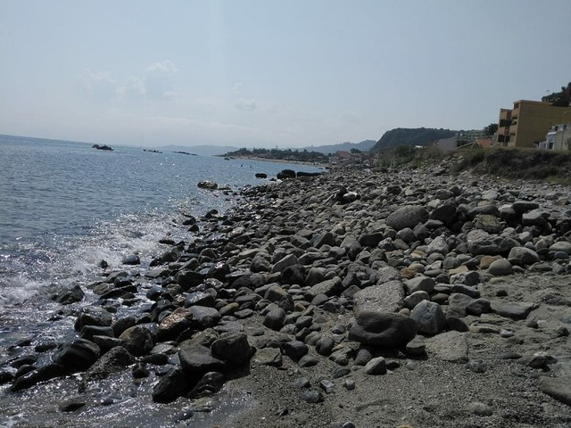 Messina, il mare ingoia la spiaggia di Acqualadroni: De Domenico chiede aiuto alla Regione