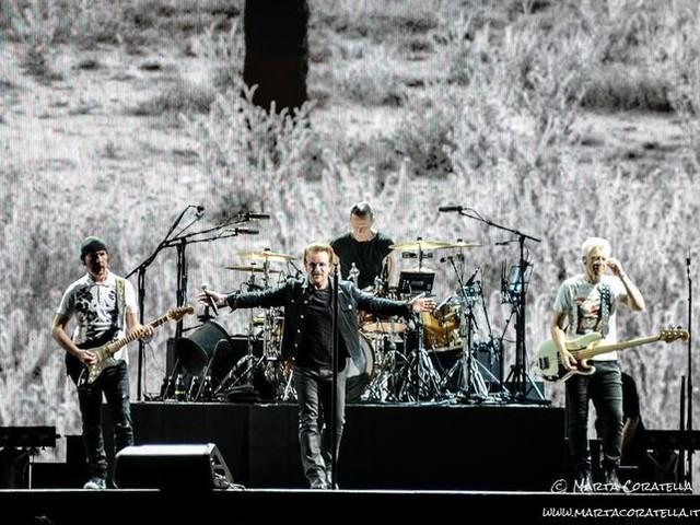 """Gli U2 e Patti Smith suonano """"Mothers Of The Disappeared"""" live a Parigi - VIDEO"""