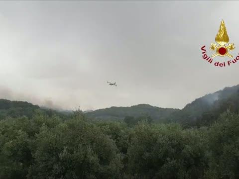 Incendi Sardegna, Canadair in azione - Video