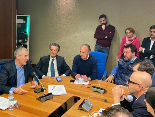 Salvini si metterà in quarantena dopo essere stato in contatto con Fontana?