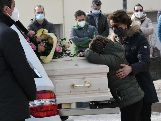 Il doloroso addio a Deborah Saltori: a Vigo meano i funerali della donna uccisa dal marito