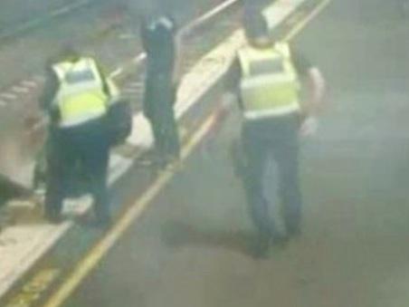 Australia, donna ubriaca si lancia sui binari mentre arriva il treno: salvata da tre poliziotti