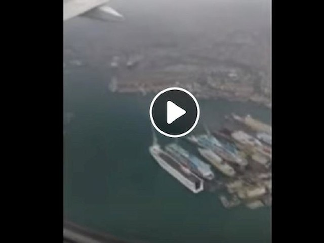Genova, paura a bordo: l'aereo non riesce ad atterrare a causa del maltempo VIDEO