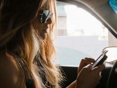 Cellulari al volante, bocciata la proposta di inasprimento delle sanzioni