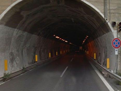 Cavo elettrico si stacca in una galleria della Messina-Catania e finisce su un tir, autostrada chiusa per un'ora