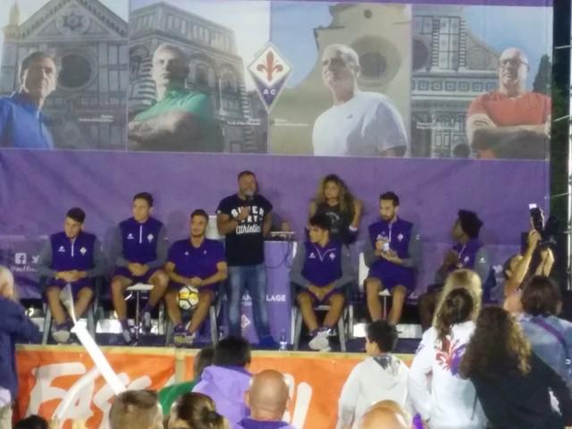 FOTO VN – Chiesa, Astori, Cerofolini, Sanchez e Sottil con i tifosi al Viola Village