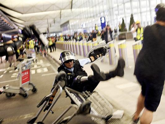 Le violenze all'aeroporto di Hong Kong non si fermano