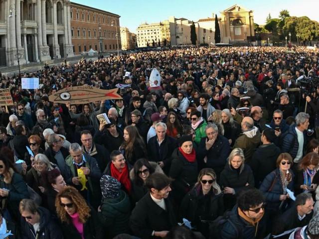 """Migliaia di Sardine fanno il pieno anche a Roma. Le proposte ai politici: """"Basta con la violenza verbale. E chi fa il ministro comunichi nelle sedi istituzionali"""""""