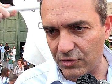 """Pride Napoli, anche Luigi de Magistris in piazza per i diritti Lgbt: """"Forza nuova ci attacca? È una medaglia al valore"""""""