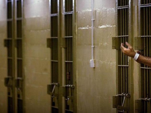Violenze in carcere, sei agenti penitenziari arrestati a Torino