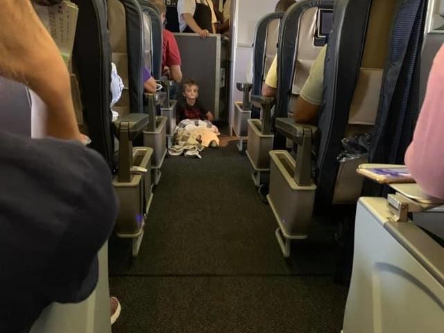 Bimbo autistico non vuole stare seduto in aereo: a bordo lo coccolano tutti