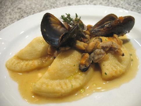 Mezzelune di patate con gamberi e guazzetto di frutti di mare