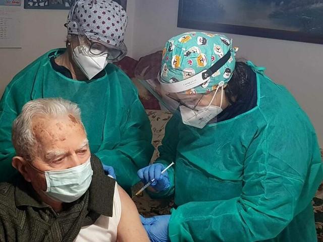 Vaccini, si parte con la prenotazione per gli over 80. In Romagna già vaccinati oltre 23mila anziani