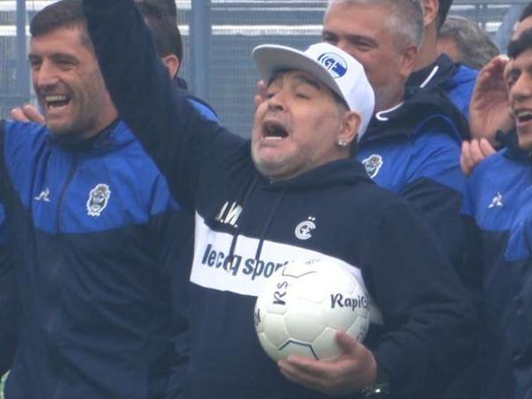 Ecco Maradona, lo stadio del Gimnasia è una bolgia