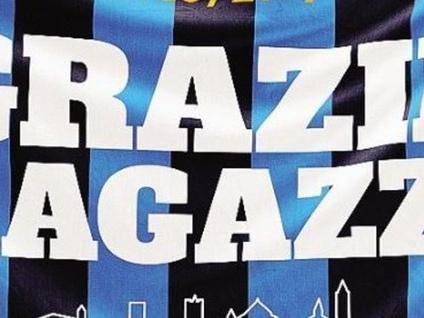 Una bandiera con l'Eco di Bergamo per gridare «Grazie ragazzi»