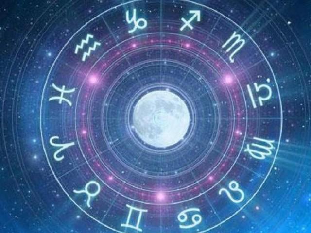 L'oroscopo di venerdì 8 novembre: Giove in quadratura a Sagittario, Pesci allegro